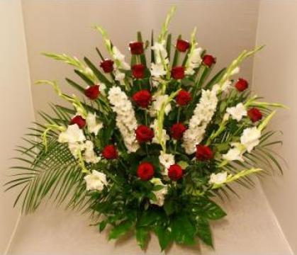Cos cu flori, trandafiri cu gladiole, mod 823 de la Floraria Stil