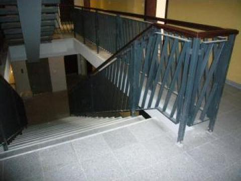 Balustrada metalica scara interioara cu mana curenta lemn de la Sc Grimet Construct Srl