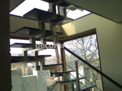 Scara de inox cu trepte lemn de la Decorare Inox Srl