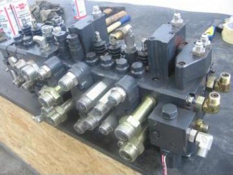 Distribuitor hidraulic buldoexcavator Komatsu