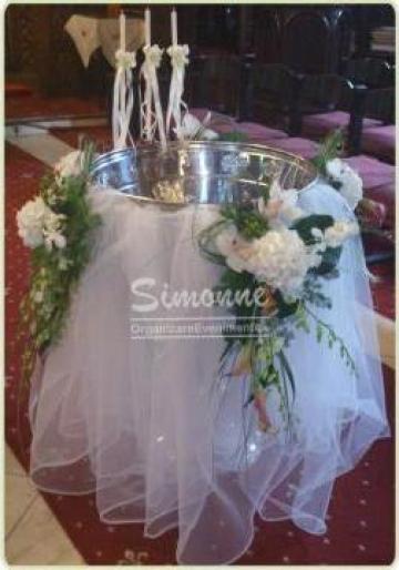 Aranjament cristelnita cu drapaje si flori speciale de la Simonne