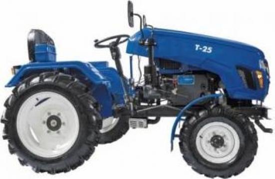 Tractor T25 cu acoperis + 4 accesorii de la Haba Hallenbausatz