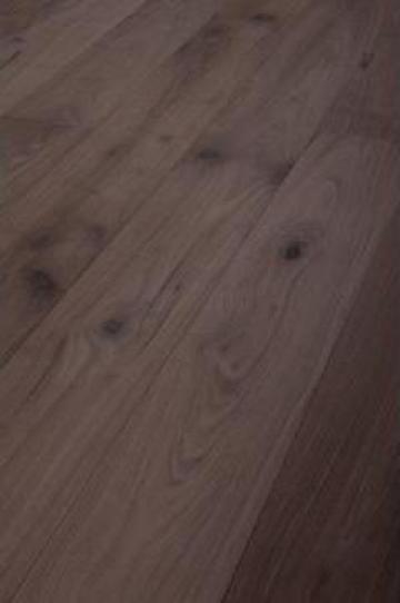 Podea din lemn de nuc uleiata
