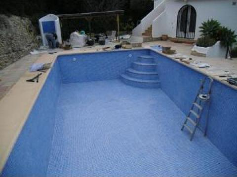 Renovare piscina cu mozaic bicolor de la Cornell Tehnology Construct Srl