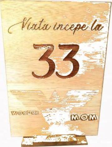 Mesaj personalizat ocazie speciala, lemn natur, suport auriu de la Artemis Srl