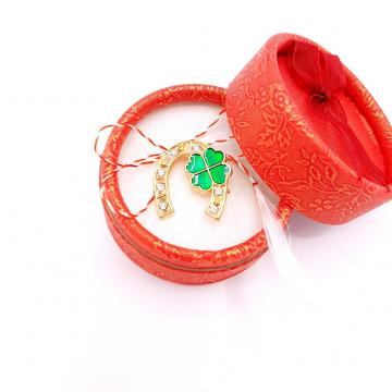 Martisor brosa Potcovita in cutiuta (ABGS16-ACGS01) de la Eos Srl (www.martisoare-shop.ro)