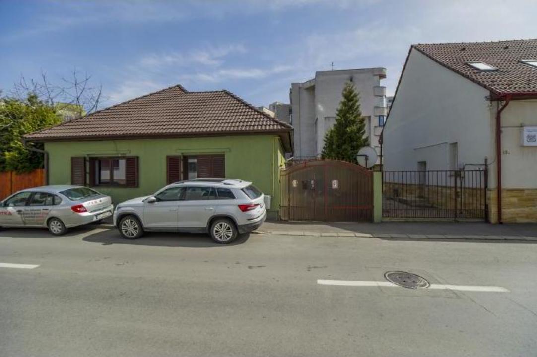 Casa singura in curte, Centru Civic Brasov